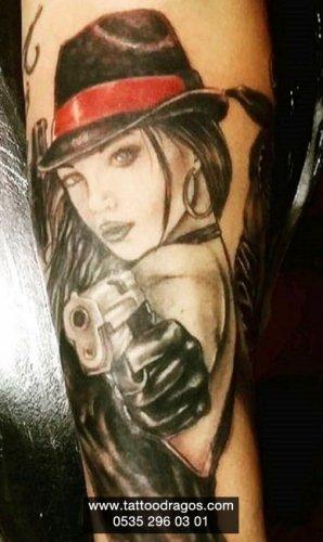 Silahlı Kadın Dövmesi